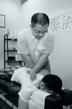 photo of chiropractor adjusting the alignment of the upper spine